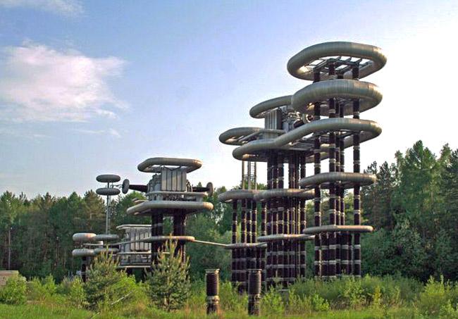 К сожалению, предназначение этих конструкций неизвестно. Но явно они построены не просто для наглядной демонстрации молний.